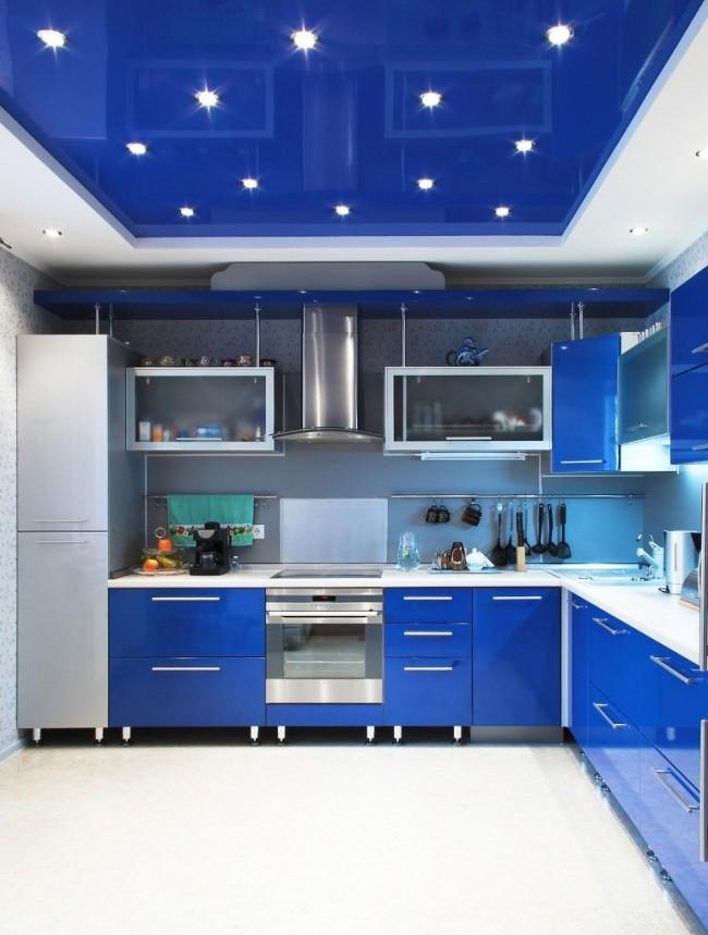 Натяжной потолок синего цвета на кухне идеально подходит в цвет панелей встроенной кухни