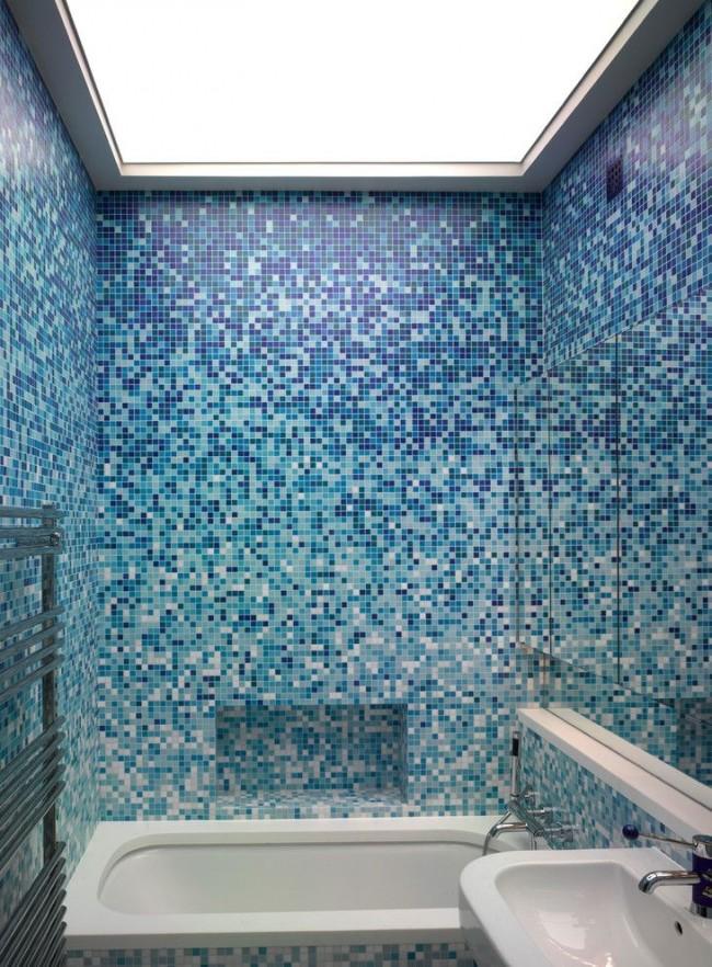 Отделка ванной комнаты плиткой с мозаикой и плавным градиентом от синего к белому