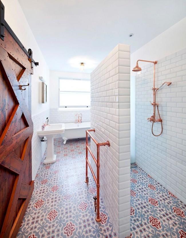 Белая глянцевая плитка на стенах и матовая цветная на полу в необычно спланированной эклектичной ванной комнате