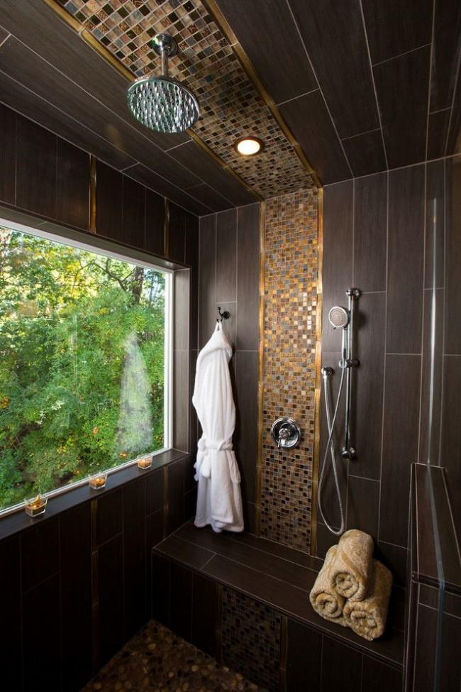 Темно-коричневая плитка с фактурой, напоминающей бамбуковую бумагу, в сочетании с золотистой мозаикой в душевой