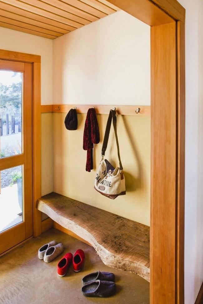 Скамья из минимально обработанного цельного куска древесины органично смотрится как в загородном доме, так и в таунхаусе