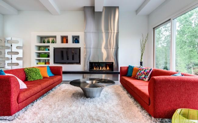 Белый цвет сделает комнату визуально просторнее, а красный придаст ей яркости