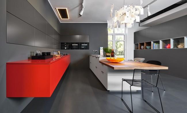 Эффектное и очень стильное сочетание алого и антрацитового в дизайне кухни