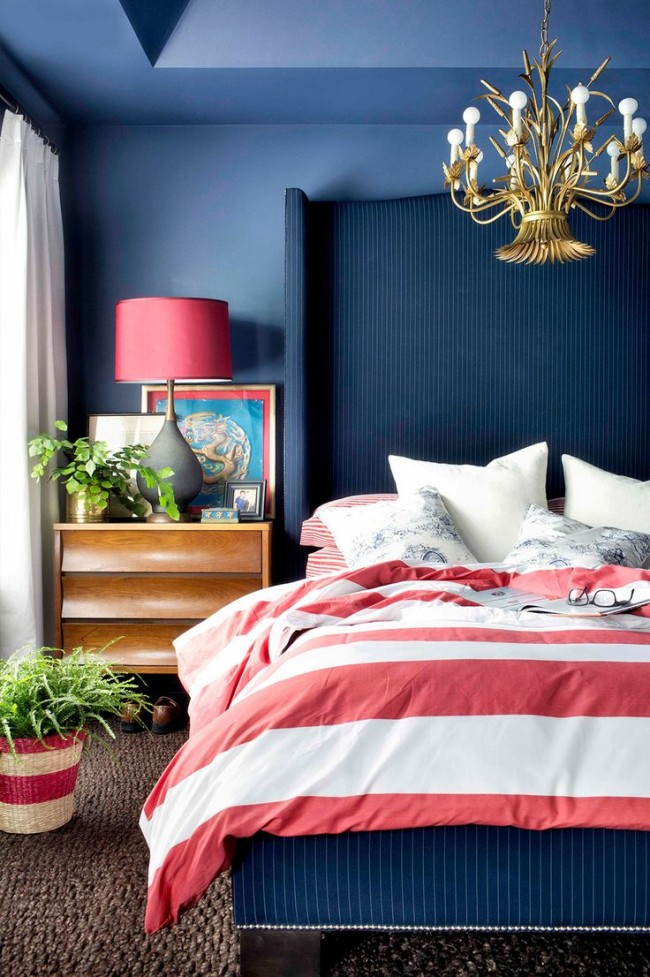Холодные оттенки темно-розового и синего в интерьере спальни классического стиляоттенки красного и синего в интерьере спальни классического стиля