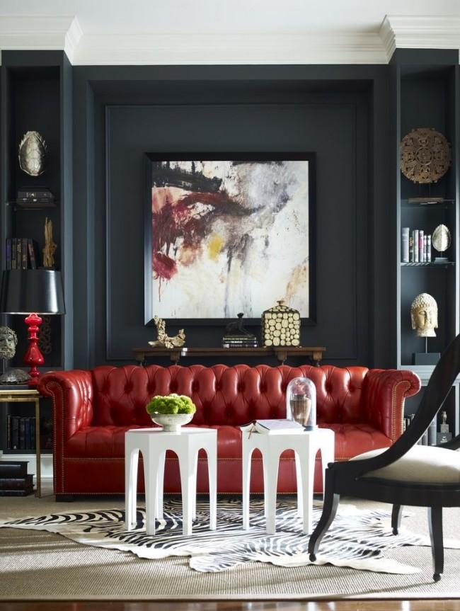 """Эффектный красный диван """"Честерфилд"""" на фоне черных стен"""