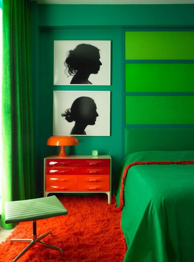 Смелый красно-зеленый интерьер спальни