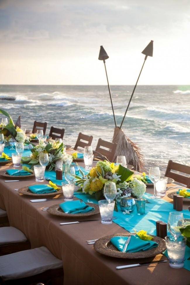 Бирюза и натуральные цвета в сервировке стола в пляжном стиле