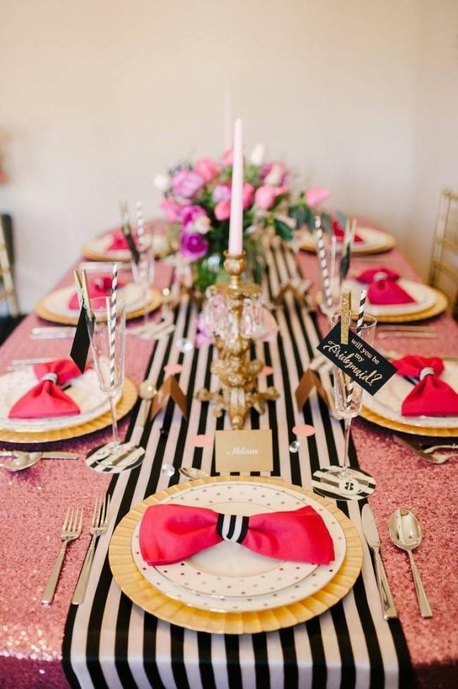 Салфетки в цвет скатерти, выложенные бантом на тарелках