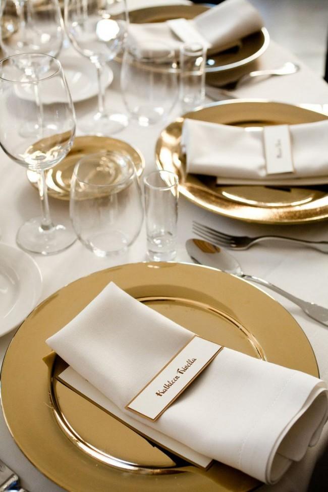 Сервировка стола золотыми тарелками