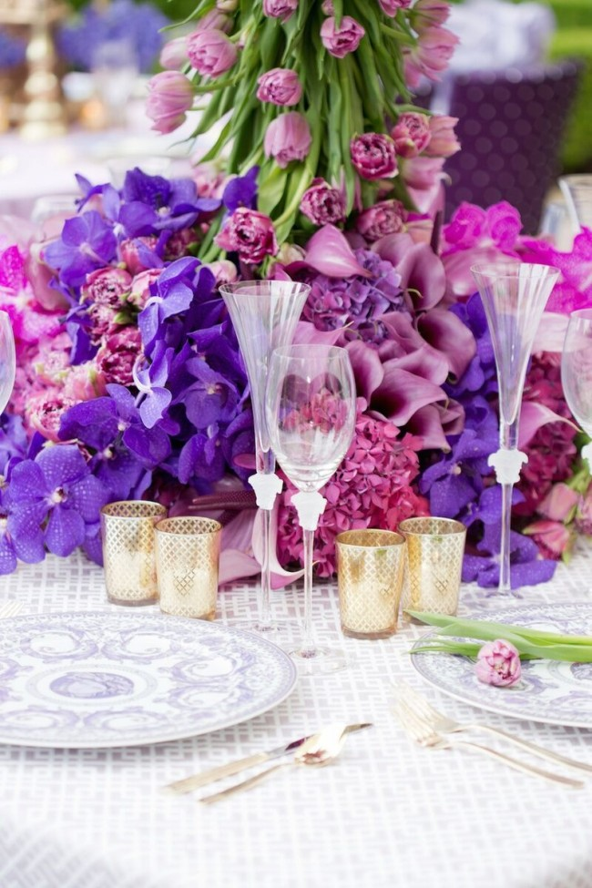 Обилие цветов в холодных оттенках, как пионы, фуксии, розы – сделает праздничный стол и нежно выглядящим, и торжественным