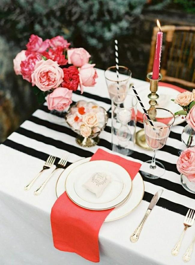 Черно-белая скатерть с розовыми цветами на праздничном столе