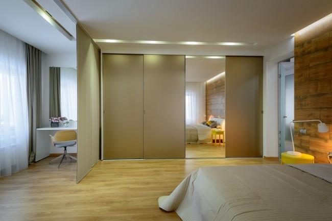 Встроенный вариант с одной зеркальной дверью