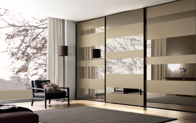 Семейный вместительный шкаф-купе с дверями-зеркалами, тонированными в элегантный бронзовый цвет