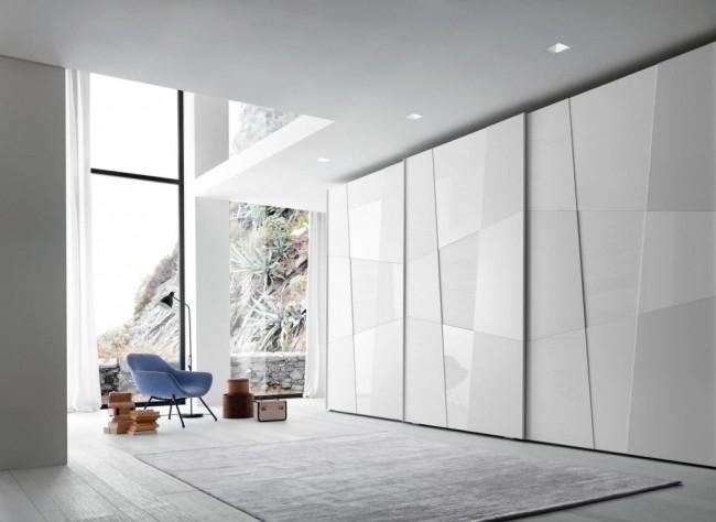 Нестандартная декоративная конфигурация роликовых дверей и чередование матовой поверхности с глянцевой