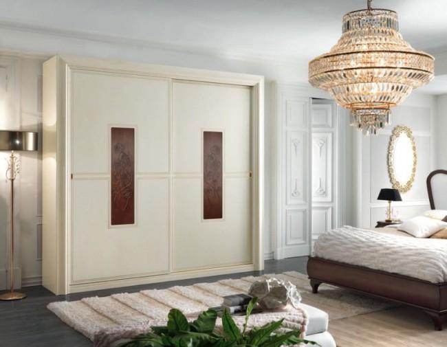 Небольшой корпусный шкаф с резными вставками в классической спальне