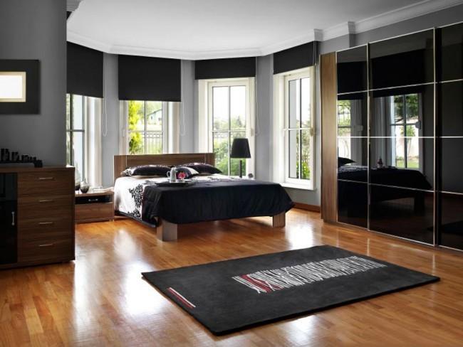 Черные глянцевые двери - один из самых популярных вариантов выбора. Красивы, но требуют частого тщательного ухода