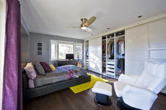 Вместительный шкаф-купе на всю стену в большой спальне - практически полноценная замена отдельной гардеробной комнате
