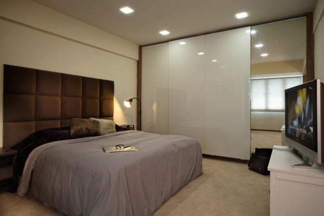 Минималистичный шкаф-купе в спальне: зеркальная поверхность плюс МДФ
