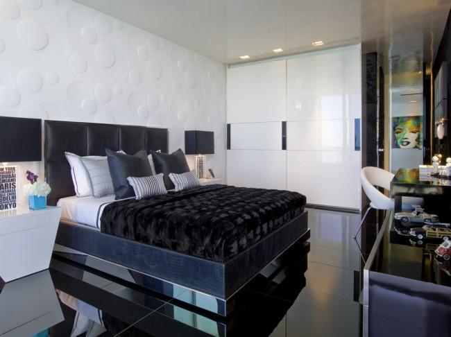 Шкаф-купе с белыми глянцевыми дверями, подобранными под остальную обстановку спальни в стиле модерн
