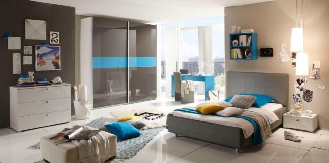 Небольшой корпусный шкаф идеально вписывается в интерьер спальни за счет подбора подходящей расцветки дверей