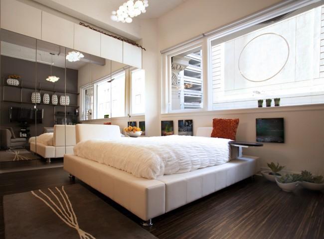 Зеркальные двери шкафа-купе идеально подойдут для маленьких спален