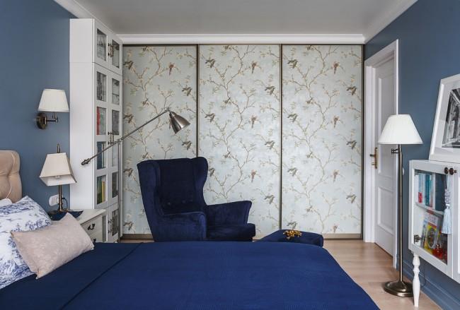 Рисунок, нанесенный на двери шкафа-купе, может освежить и дополнить интерьер спальни