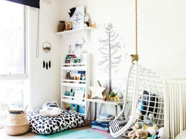 Светлые обои с рисунком и много света - это подходящий вариант для комнаты мальчика дошкольного возраста