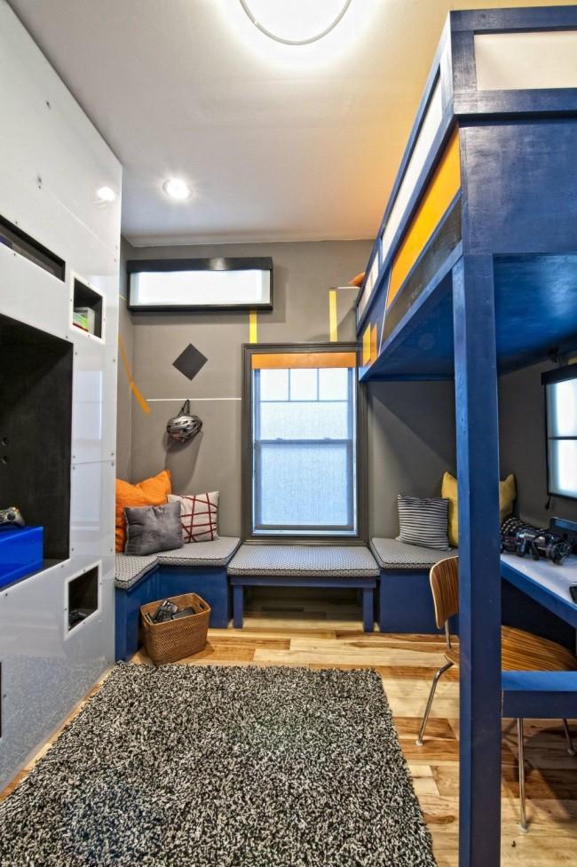 Двухъярусная кровать с кроватью на втором этаже и рабочей зоной на первом - идеальный вариант для небольшой спальни