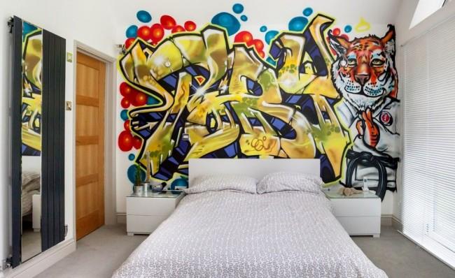 Уникально декорированная с помощью граффити стена в комнате подростка