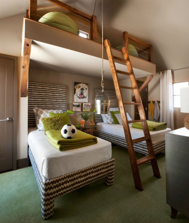 Спальня для двух мальчиков с местом для игр под потолком на втором ярусе