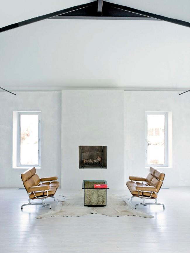 Дизайнерский минималистичный журнальный столик из стекла с основанием-коробом, наполненным соломой