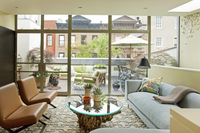 Стеклянная столешница позволяет любоваться красивым основанием столика, сделанным из переплетенных толстых ветвей дерева