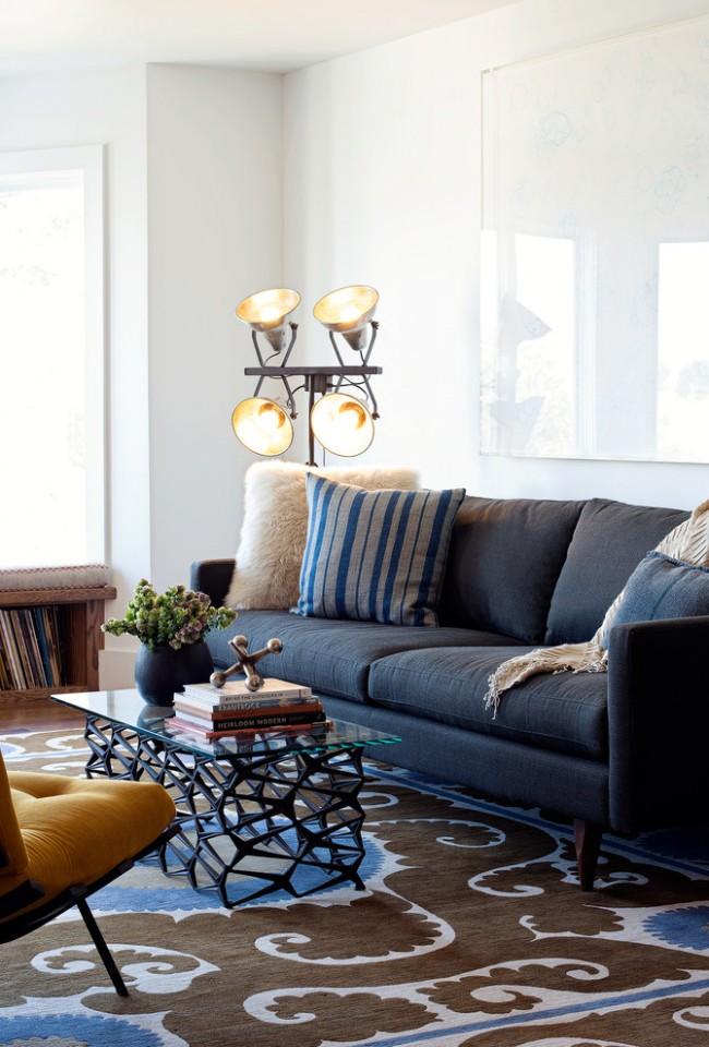 Стеклянный журнальный столик легко может стать центром композиции в гостиной
