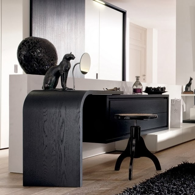 Необычная гнутая форма столешницы, подходящая и в современный, и в вычурный арт-деко интерьер