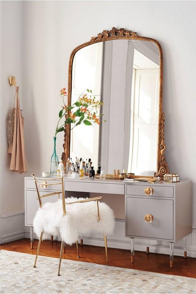 Огромное зеркало с резной рамой и меховая накидка на стуле делают туалетный уголок более изящным