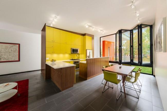 Преобладание желтого в сочетании с древесно-коричневым и белым на современной кухне