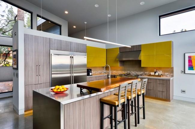 Стильная современная кухня с глянцевыми горчично-желтыми шкафами