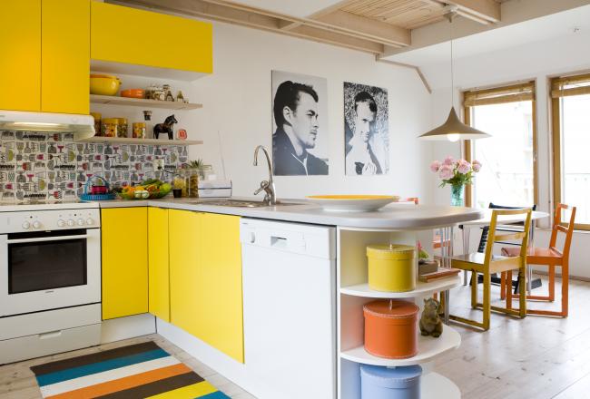 Практичная скандинавская кухня с желтыми шкафами и яркими цветовыми пятнами в мебели и декоре