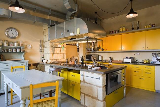 Различающиеся по теплоте оттенки желтого в кухне в индустриальном стиле