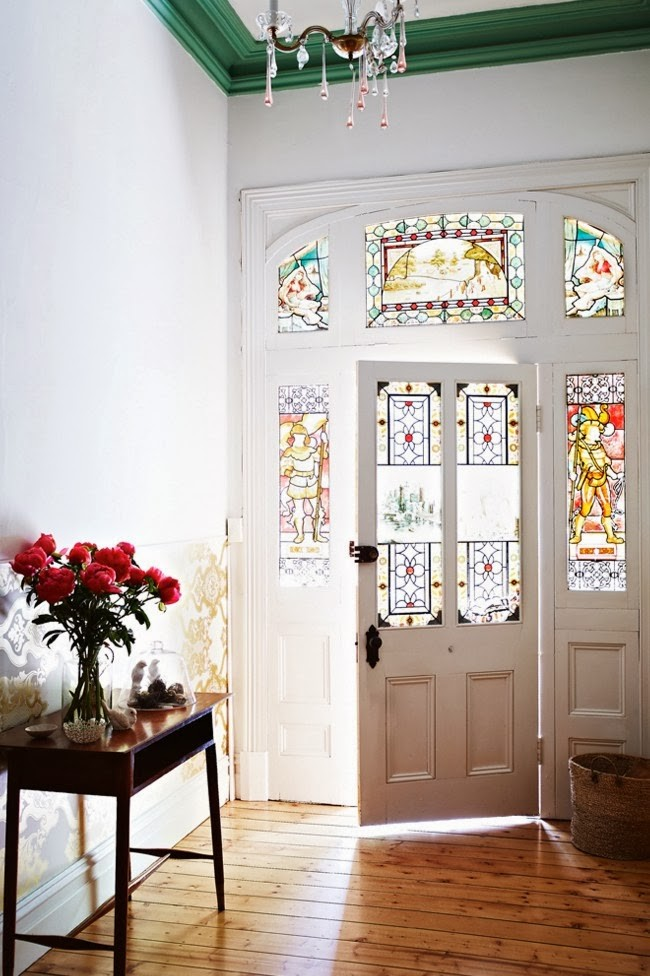 Остекление витражами во входной деревянной двери