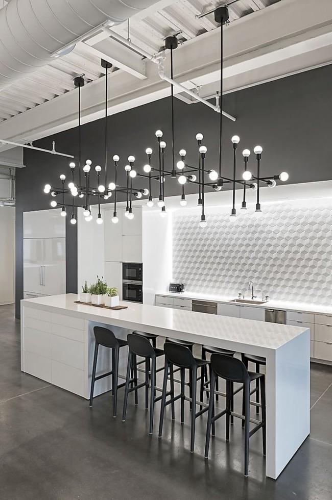Потолок коммерческого помещения с открытыми воздуховодами в черно-белом интерьере