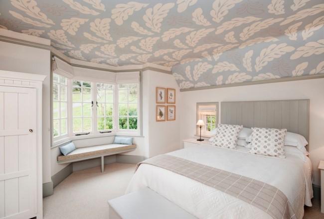 Применение трафарета в декоре потолка спальни
