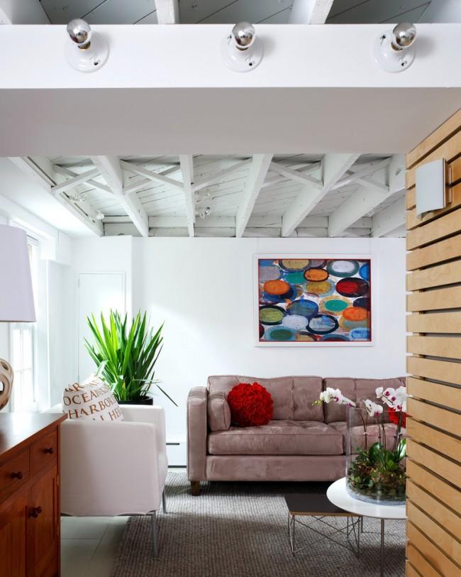 Окрашенный потолок из дерева в квартире в стиле лофт