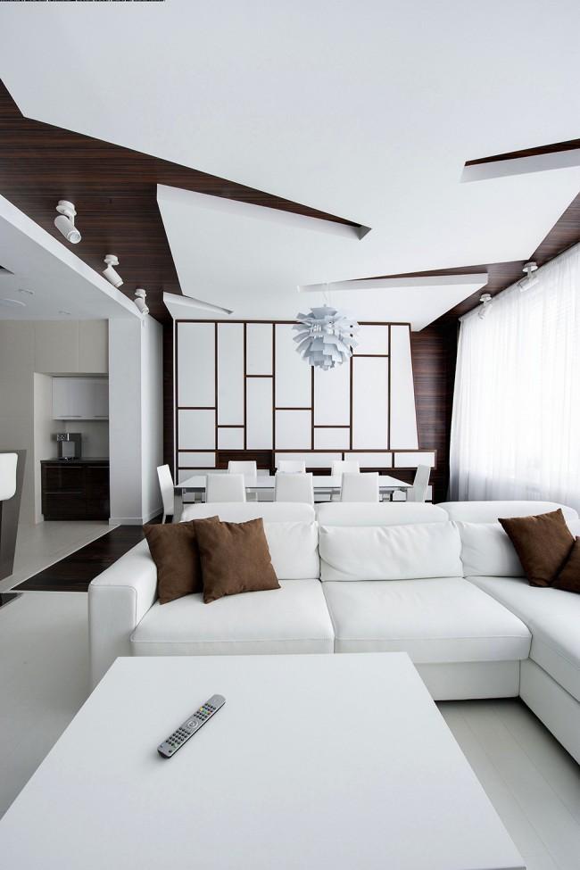 Гармоничное сочетание белого цвета с деревом в интерьере гостиной