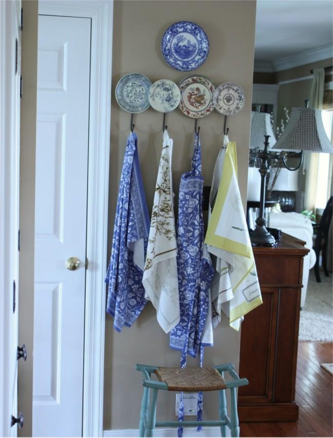 Полочка для фартуков и полотенец из расписных тарелочек