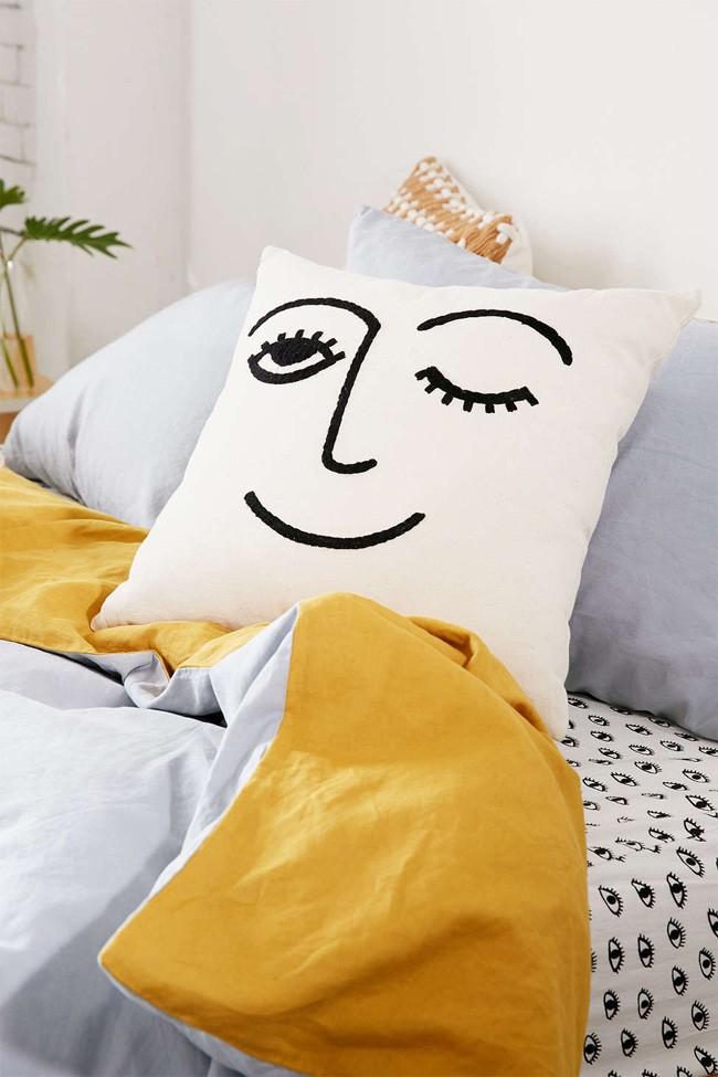 Один из простых способов разнообразить интерьер - нанести специальной краской рисунок на наволочку декоративной подушки