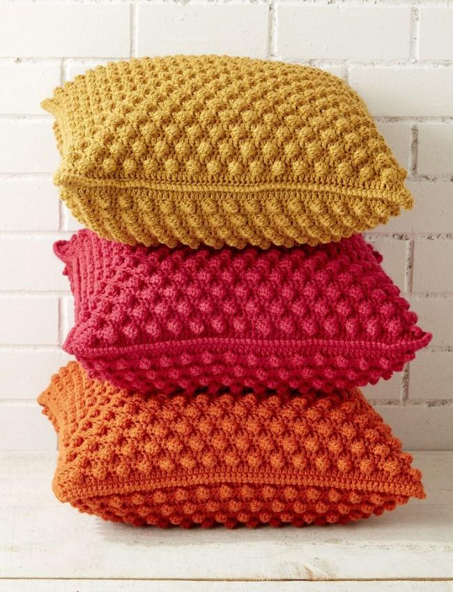 Платочная вязка как вариант декора подушки