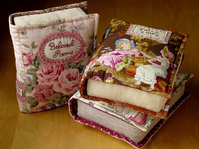 Необычная мягкая книга, которой можно украсить диванчик для отдыха