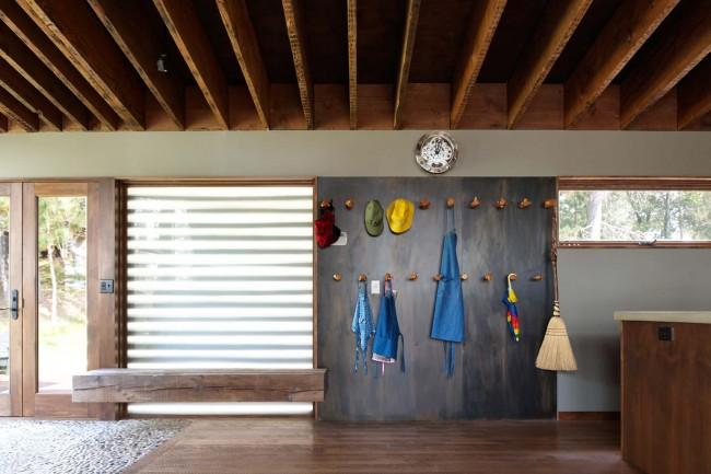 """Открытые балки, очень практичная плитка """"сланец"""" большого размера и галька в качестве украшения"""