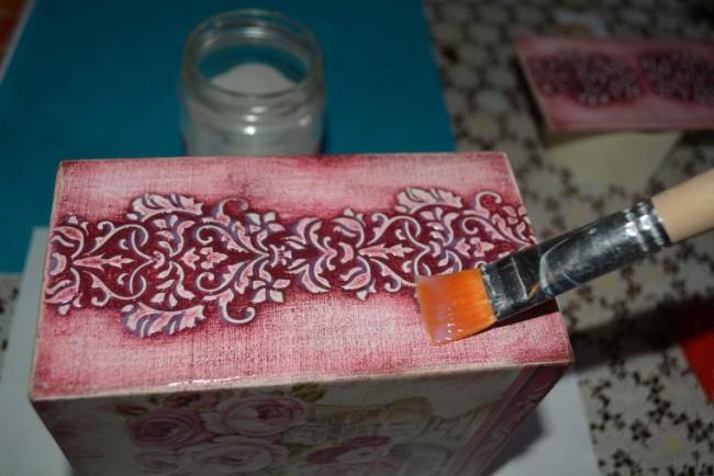 Закрепление украшенной поверхности клеем
